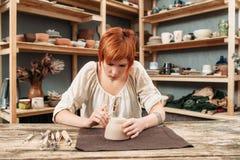 Atelier de la poterie d'artisan, décoration de pot photos stock