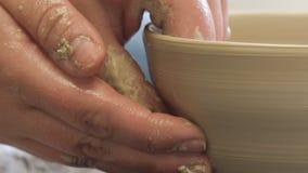 Atelier de maître de poterie de passe-temps formant la cuvette d'argile clips vidéos
