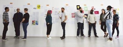 Atelier de présentation de personnes de jeune entreprise et de conseil de stratégie image stock