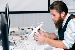 Atelier de réparations électronique de jouet, démontage de bourdon Photo libre de droits