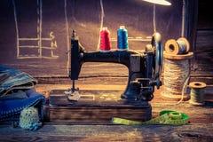Atelier de tailleur de vintage avec des ciseaux, des fils et la machine à coudre Images stock
