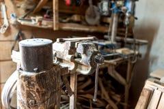 Atelier de vintage avec le plan rapproché de l'étau de banc rouillé Photographie stock libre de droits