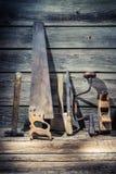 Atelier de vintage complètement de vieux outils de carpentery Photos libres de droits