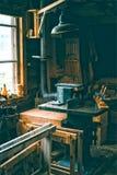 Atelier de vintage complètement de vieux outils de carpentery Images libres de droits