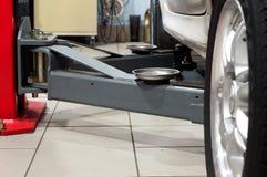 Atelier de voiture La voiture sur l'ascenseur Photo libre de droits