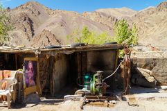 Atelier de voiture sur le chemin de Lamayura au monastère d'Alchi dans Lada Images stock
