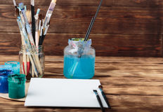 Atelier du `s d'artiste Vue supérieure de palette de pinceaux et de peintures acryliques avec la toile blanche Ensemble de brosse Images libres de droits
