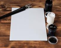 Atelier du `s d'artiste Vue supérieure de palette de pinceaux et de peintures acryliques avec la toile blanche Ensemble de brosse Photographie stock libre de droits