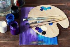 Atelier du `s d'artiste Vue supérieure de palette de pinceaux et de peintures acryliques avec la toile blanche Ensemble de brosse Image libre de droits