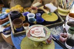 Atelier en céramique d'objets à offrir de grenade sur une céramique colorée Photographie stock libre de droits