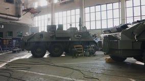 Atelier pour la réparation de l'équipement militaire Dans le magasin combattent des camions banque de vidéos