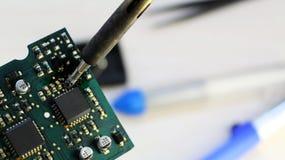 Atelier sur la réparation des appareils électroménagers, de l'électronique et des processeurs fer à souder de soudure de conseil, image libre de droits