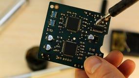 Atelier sur la réparation des appareils électroménagers, de l'électronique et des processeurs fer à souder de soudure de conseil, photographie stock libre de droits