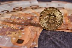 Atelieraufnahme bitcoin körperlicher goldener Münze auf 50-Euro - Schein-Banknoten Bitcoin ist eine blockchain Schlüsselwährung Stockbilder