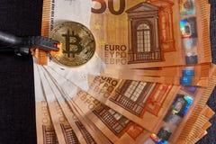 Atelieraufnahme bitcoin körperlicher goldener Münze auf 50-Euro - Schein-Banknoten Bitcoin ist eine blockchain Schlüsselwährung Stockbild