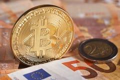 Atelieraufnahme bitcoin körperlicher goldener Münze auf 50-Euro - Schein-Banknoten Bitcoin ist eine blockchain Schlüsselwährung M Lizenzfreie Stockfotografie