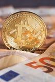 Atelieraufnahme bitcoin körperlicher goldener Münze auf 50-Euro - Schein-Banknoten Bitcoin ist eine blockchain Schlüsselwährung M Stockfotografie