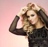 Atelieraufnahme der perfekten blonden Schönheit Lizenzfreie Stockfotos