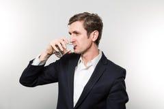 Atelieraufnahme des Geschäftsmannes mit glas des funkelnden Wassers Lizenzfreie Stockbilder