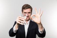 Atelieraufnahme des Geschäftsmannes mit glas des funkelnden Wassers Stockfotografie