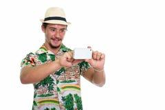 Atelieraufnahme des jungen glücklichen touristischen lächelnden Mannes beim Nehmen von pict Lizenzfreies Stockfoto