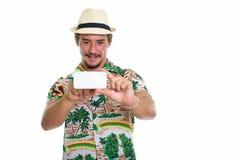 Atelieraufnahme des jungen glücklichen touristischen lächelnden Mannes beim Nehmen von pict Lizenzfreie Stockfotografie