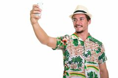 Atelieraufnahme des jungen glücklichen touristischen lächelnden Mannes beim Nehmen von Selbst Lizenzfreie Stockfotografie