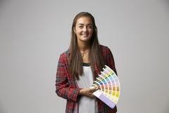 Atelieraufnahme des weiblichen Grafikdesigners With Color Swatches stockbild