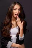 Atelieraufnahme einer attraktiven jungen Geschäftsfrau, die Überraschung schaut Stockfotografie