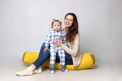 Atelieraufnahme einer Mutter, die mit ihrem Sohn sitzt Stockbild