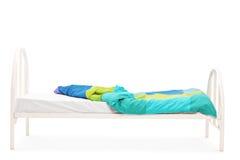 Atelieraufnahme eines leeren weißen hölzernen Betts Lizenzfreies Stockfoto
