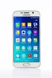 Atelieraufnahme eines weißen Samsungs-Galaxie S6 Smartphone Lizenzfreies Stockbild