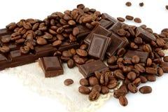 Atelieraufnahme von Schokoladen und von Bohnen des Kaffees Stockfoto