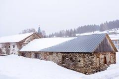 Ateliers antiques d'usine dans un paysage d'hiver photos stock