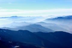 Atem, der die Ansicht von Bergen vertritt Stockbilder