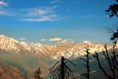 Atem, der die Ansicht von Bergen vertritt Stockbild