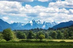 Atemberaubende Ansicht der Kaskaden-Berge an einem schönen Tag in der alpinen Wildnis, Washington Stockbild