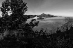Atemberaubende Ansicht des Vulkans bei Bromo Bestehen aus aktivem Bromo,  Berg Batok,  und Berg semeru stockfotos