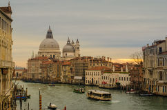 Atemberaubende Ansicht Grand Canal s und der Basilika Santa Maria della Salute Lizenzfreie Stockfotografie