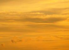 Atemberaubende goldene Abstufung des bewölkten Sonnenunterganghimmels in Nord-Thailand Lizenzfreies Stockfoto