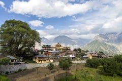 Atemberaubende Landschaftsansicht von Kalpa-Region von Kinnaur Kailash, ländliches Dorf mit Bergspitzen Gelände, Himachal Pradesh Lizenzfreie Stockfotos