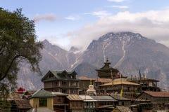 Atemberaubende Landschaftsansicht von Kalpa-Region von Kinnaur Kailash, ländliches Dorf mit Bergspitzen Gelände, Himachal Pradesh Stockbild