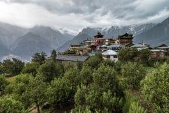 Atemberaubende Landschaftsansicht von Kalpa-Region von Kinnaur Kailash, ländliches Dorf mit Bergspitzen Gelände, Himachal Pradesh Lizenzfreies Stockfoto