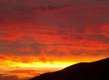 Atemberaubende Sonnenuntergang-Nachglut in der Abstufung der Orange und des Goldes in Santorini-Insel, Griechenland Stockfotografie