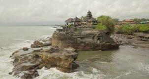 Atemberaubende Vogelperspektive von Pura Tanah Lot Tanah Lot ist eine Felsenanordnung vor der indonesischen Insel von Bali stock video footage