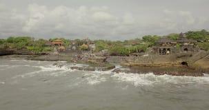 Atemberaubende Vogelperspektive von Pura Tanah Lot Tanah Lot ist eine Felsenanordnung vor der indonesischen Insel von Bali stock footage