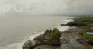 Atemberaubende Vogelperspektive von Pura Tanah Lot Tanah Lot ist eine Felsenanordnung vor der indonesischen Insel von Bali stock video