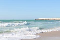 Atemberaubende Wellen, die oben auf dem sandigen Strand laufen Lizenzfreies Stockfoto