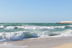 Atemberaubende Wellen, die oben auf dem sandigen Strand laufen Stockfotos