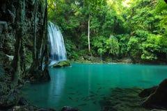 Atemberaubender grüner Wasserfall im tiefen Wald, Erawan-Wasserfall Lizenzfreies Stockfoto